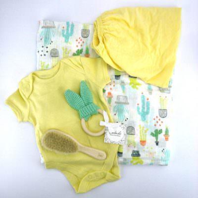 Бебешка подаръчна кутия с пелена и боди