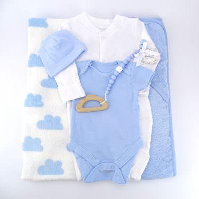 Podaruk za pogacha na bebe momche s odeqlo, havliq, rompur, bodi, shapka i igrachka