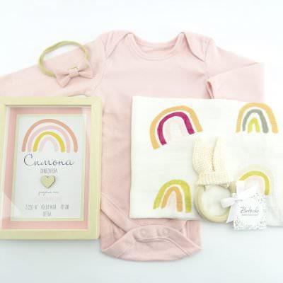 personaliziran-bebeshka-kutiq-s-bodi-muselinova-pelena-ramka-igrachka-i-lenta-za-kosa