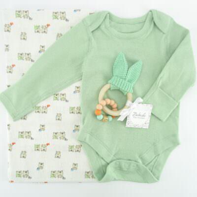 bebeshki-komplekt-s-mecheta-zeleno-bodi-i-personalizirana-igrachka