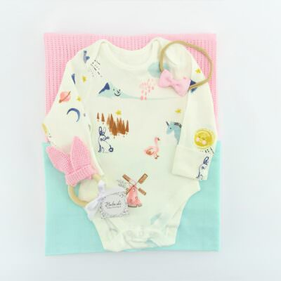 komplekt-podaruk-za-bebe-momiche-s-rozovo-odeqlo-cvetno-bodi-rozovi-ushichki-i-lent-za-kosa